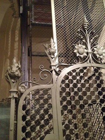 BarcelonaBB: old cast iron lift