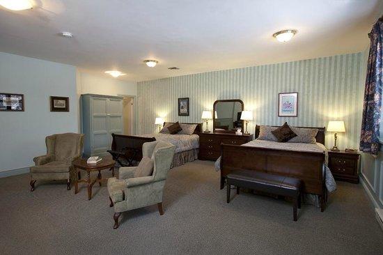 Hotel Carlyle & Restaurant: Double Queen Room # 10