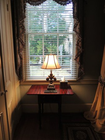 Historic Oak Hill Inn: window in master suite