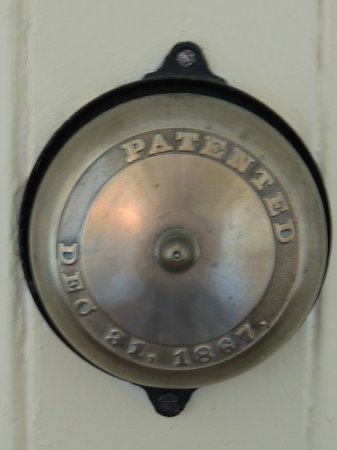 Historic Oak Hill Inn: doorbell