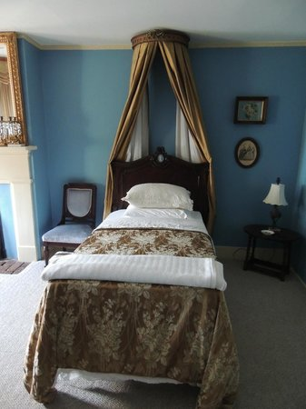 Historic Oak Hill Inn: Upstairs bedroom