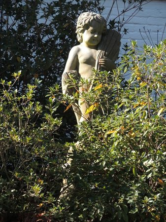 Historic Oak Hill Inn: Statue outside