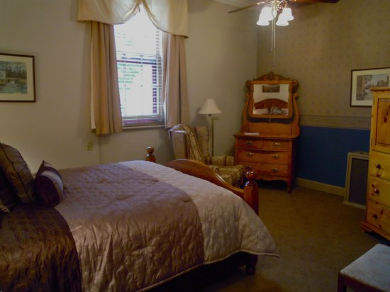 Carlyle Inn and Bistro: Queen Room # 4
