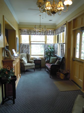 Carlyle Inn and Bistro: Hotel Vestibule for Rooms