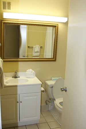 Holiday Isle Oceanfront Resort: Clean bathroom