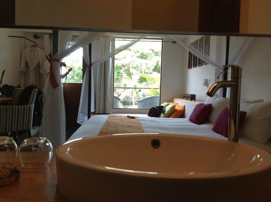 The Plantation Urban Resort and Spa: Chambre vue depuis la salle de bain