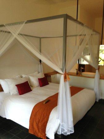 The Plantation Urban Resort and Spa: Lit avec la salle de bain ouverte