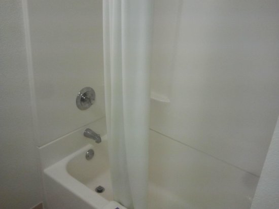 Motel 6 Merrillville :                                     Shower with tub