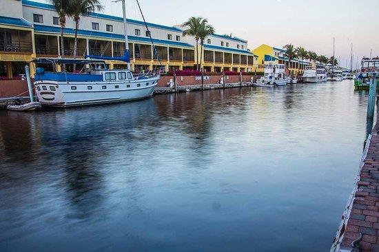 Key West Inn: Hotel along channel