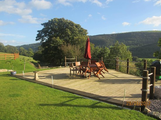 Sun Bank Holiday Cottage and Bed & Breakfast: Decking of holiday cottage