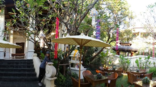 Puripunn Baby Grand Boutique Hotel:                   hotel grounds and breakfast area