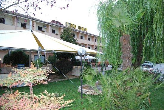 Likos Hotel: Panorama dell'Hotel dal giardino