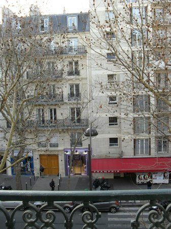 Grand Hotel Francais: View from window to the grocery store
