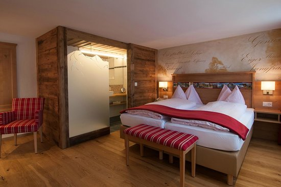 Hotel-Restaurant Alpenblick: Cozy double room category Alpenglueck with private bathroom, a comfortable armchair and cable TV