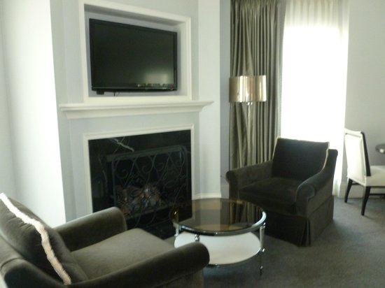 Waldorf Astoria Chicago: Fireplace