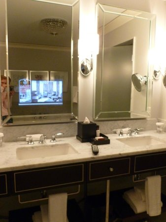 Waldorf Astoria Chicago: Bathroom Photo