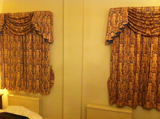 BEST WESTERN Crown Hotel: Curtains