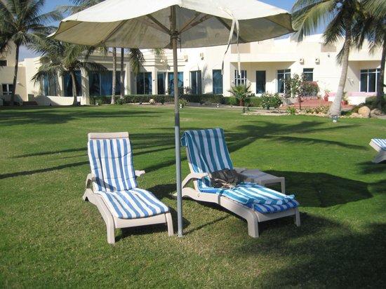 Hilton Salalah: Tuin met bedjes