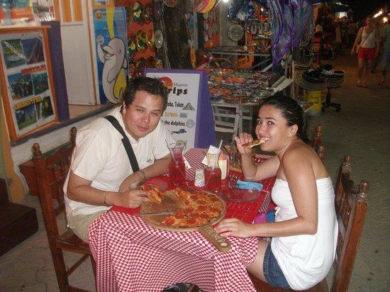 Tropical Pomodoro: Sué y Gerardo disfruntando de Isla Mujeres y terminando la noche con un pizza en Tropical Pomodo