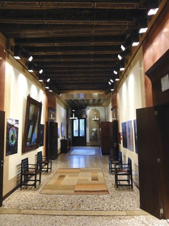 Ca' Pisani Hotel:                   Hallway of the Second Floor
