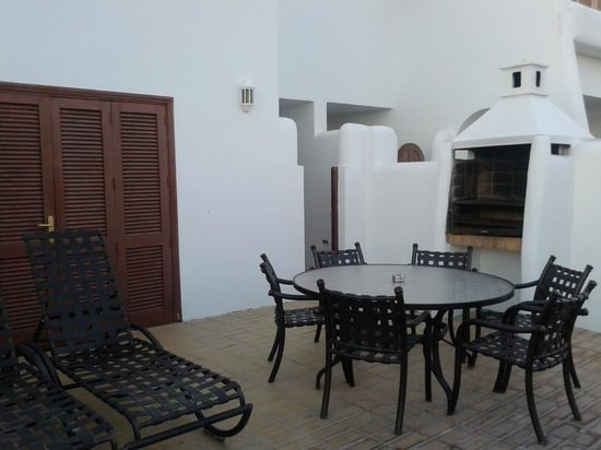 Royal Tenerife Country Club: Terraza con barbacoa, mesa y tumbonas