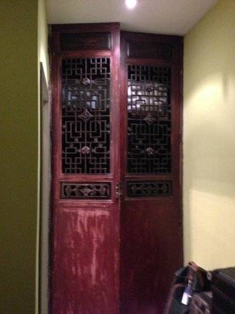 Hotel Cote Cour Beijing:                   Closet and safe