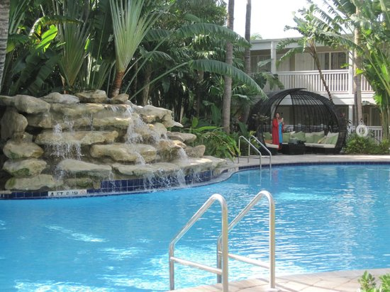 The Inn at Key West: Water feature at the pool.