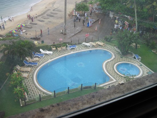 Hindustan Beach Retreat: View of pool and beach from the room