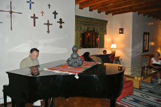 Hacienda Dona Andrea de Santa Fe: The grand piano downstairs