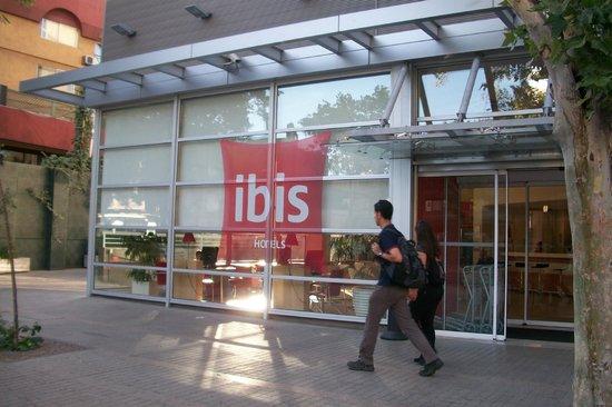 Ibis Santiago Providencia:                   A entrada do hotel