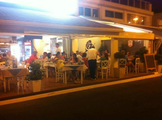 Rafina, Yunani: Seirines by Night..