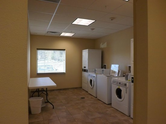 Candlewood Suites Fredericksburg: Laundry room...FREE for all guests!