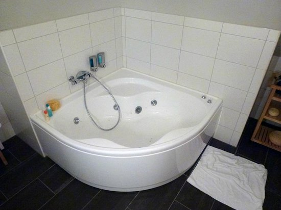 Reykjavik4you Apartments Hotel: jacuzzi tub on 4th floor studio apartment