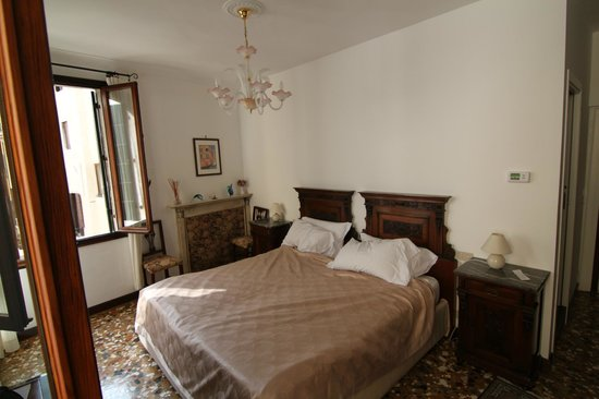 Al Teatro Bed & Breakfast:                   Pink Room