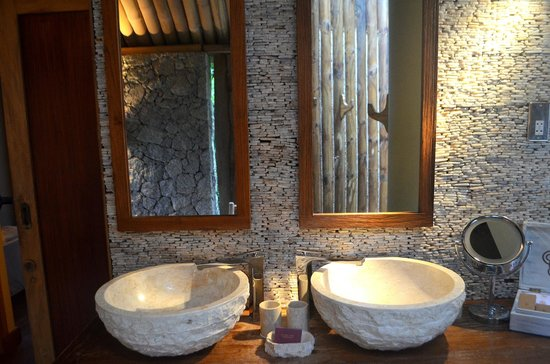 Le Domaine de L'Orangeraie Resort and Spa: outdoor bathroom sinks
