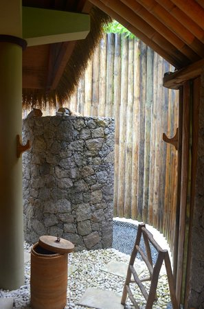 Le Domaine de L'Orangeraie Resort and Spa: outdoor shower area