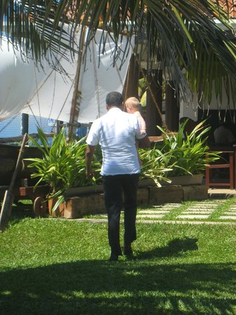 Coral Sands Hotel: Personal som tar hand om vår dotter