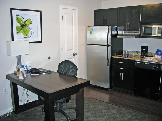 HYATT house Raleigh Durham Airport: desk/eating table in kitchen/livingroom