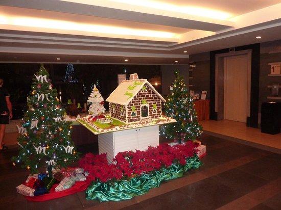 Deevana Plaza Phuket Patong: decoration Noël entrée de l'hotel