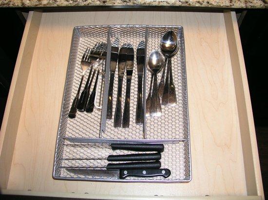 HYATT house Raleigh Durham Airport : eating utensils in drawer