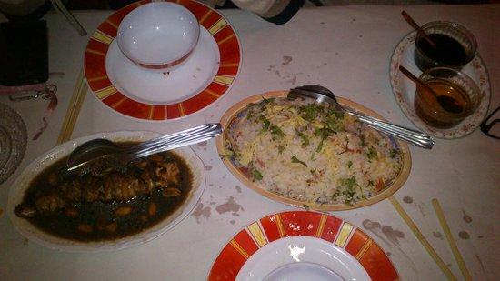Le SAIGON: Un Riz cantonnais + des brochettes de poulet, j'ai un peu sali la table