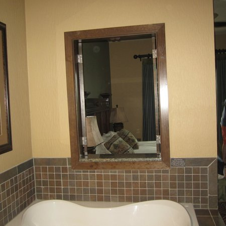 Wyndham Vacation Resorts Glacier Canyon:                   There was a through the jetted tub to the bedroom, this is all part of the mas