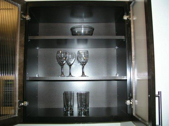 HYATT house Raleigh Durham Airport: glasses inside cabinet