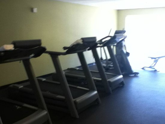 HYATT house Raleigh Durham Airport: fitness center room - 4 malfunctioning treadmills and 2 stair steppers