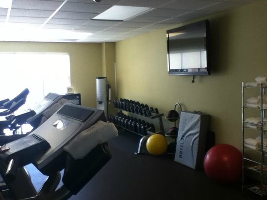 HYATT house Raleigh Durham Airport: fitness room TV and weights and such