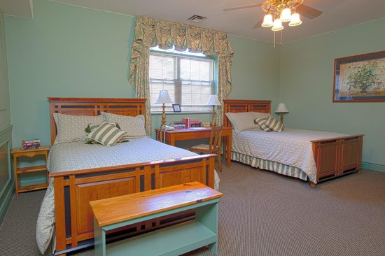 Carlyle Inn and Bistro: Room # 8 - Two Double Beds