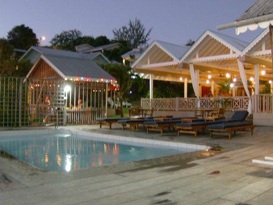 Beachcombers Hotel: Restaurant y piscina