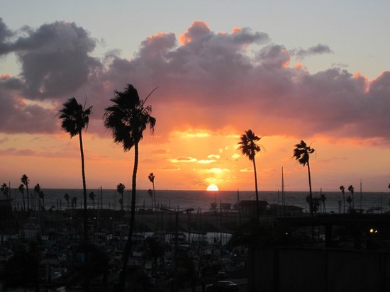 Holiday Inn Oceanside Camp Pendleton Area: Sunset as seen from top of path in back of hotel