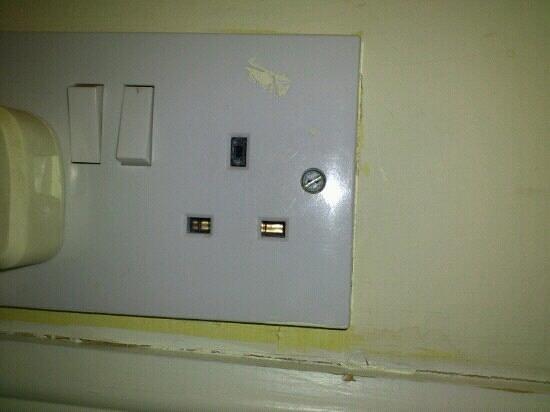 هولين هول كانتري هاوس هوتل:                   Plug socket with broken plug inside.                 