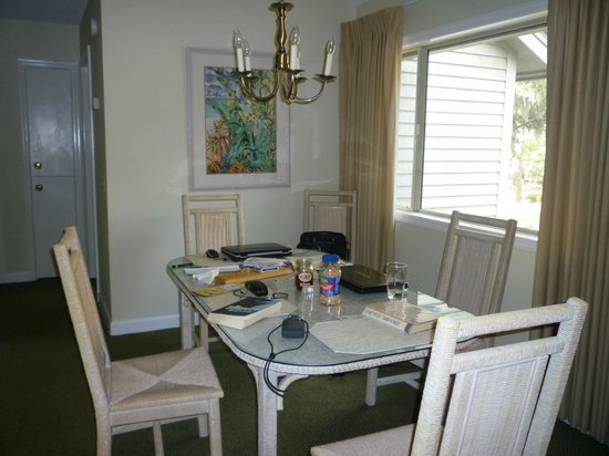 Carolina Club by Spinnaker Resorts: Dining room at front of unit